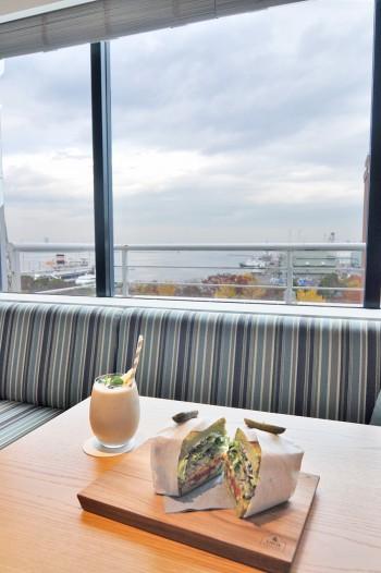 横浜の港を眺めながら食事ができる窓側のソファ席。