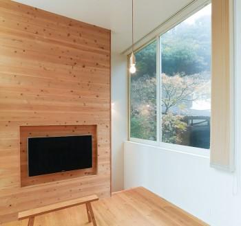 今岡さんが好きだという景色は階段近くの窓から見える。サッシの色にはこだわって白にした。