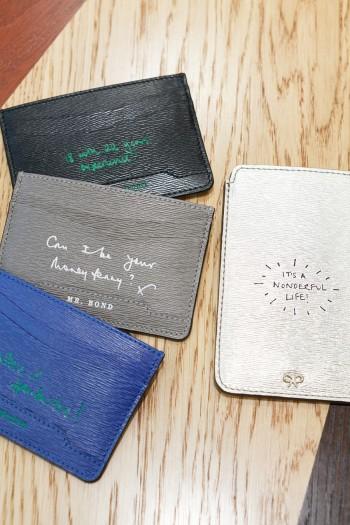 2sided Flat Card Case 各¥23,000 iphone Case  ¥15,000 ともにアニヤ・ハインドマーチ/アニヤ・ハインドマーチ ジャパン