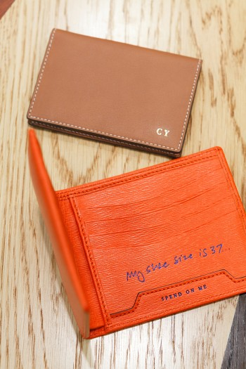 Folded Card Case¥28,000 8card Wallet ¥39,000 ともにアニヤ・ハインドマーチ/アニヤ・ハインドマーチ ジャパン