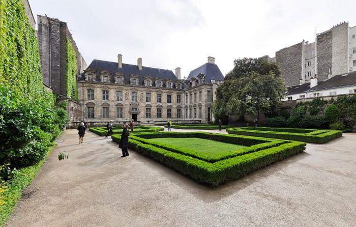 ヴォージュ広場側から見たシュリー館とその中庭。