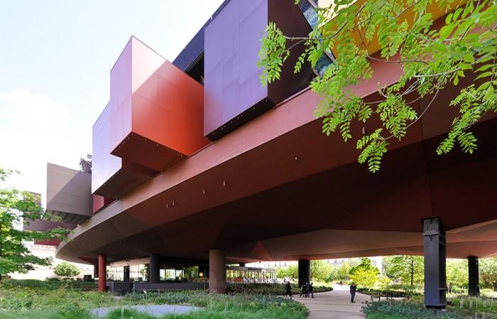 森のような緑に囲まれたケ・ブランリ美術館。