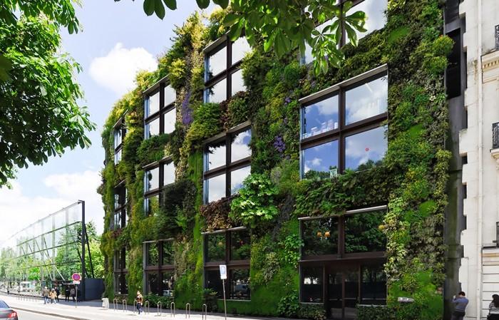 """""""植物の壁""""と名付けられた事務所棟の壁面。"""