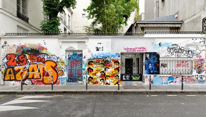 6区のエコール・デ・ボザールの裏の閑静な通りに面して立つゲンズブール邸。