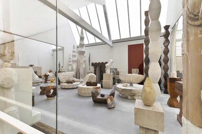 どこから見ても素晴らしいアトリエ空間。彫刻の台座もブランクーシ自身によるもの。
