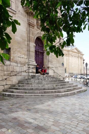 サン=テチエンヌ=デュ=モン教会の正面から左に回ってすぐの階段。右に見えるのがパンテオン。
