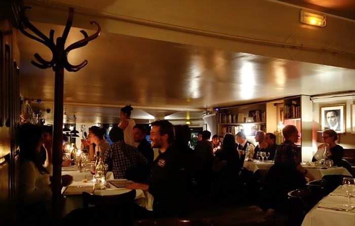 レストランの壁には『北ホテル』に出演していたルイ・ジューヴェほか有名なフランス俳優の写真がかかる。