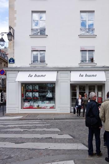 カフェ・ボナパルトの隣、la huneと書かれたオーニングが目印。