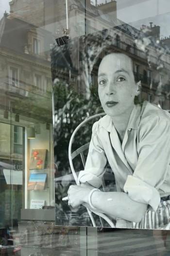 ラ・ユンヌのウィンドウディスプレイ。吊り下げられている写真は、若き日のマルグリット・デュラス。