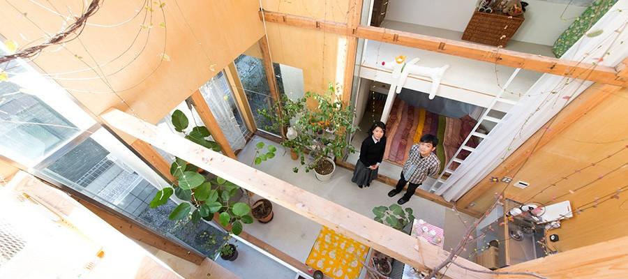 建築家夫妻が自邸を増改築既存の建物を分割し、ガラスでつないで風と光をとりこむ