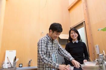 篠原勲さんと今村水紀さんの建築家ご夫妻の自邸。子育てと設計を両立。多忙な日々を送っている。