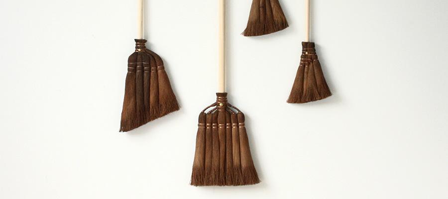カタチのいい掃除道具 −1−普遍的な美しさをもつ 日本の箒とちりとり