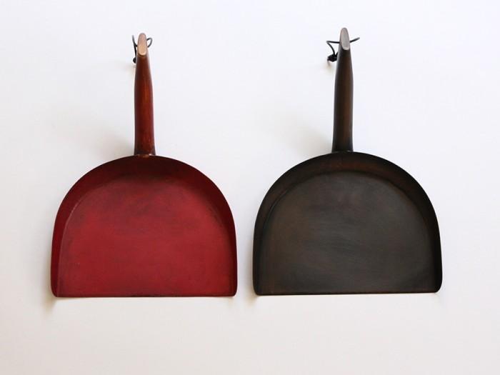 オブジェのような銅製のちりとり。赤色は高温による赤色酸化銅にすることによる色付け、茶色は硫化いぶしによる色付け。