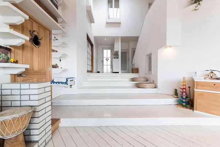 幅広の低い階段が緩やかにラウンジへとつながるエントランス。白い塗装がはげかけたナチュラル感がいい。