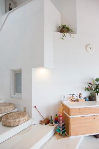 壁面に窪みを設けてディスプレイスペースにするなど、細かいところまで計算。チェストは夫・泰由さん作。