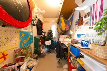 以前は収納スペースだったところを子供部屋に。これからDIYして行く予定だが、子供たちには秘密基地のような楽しい空間。