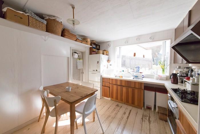 東南向きで明るい日差しが入るキッチン。収納にはバスケットを利用するのが潤子さんのお気に入り。