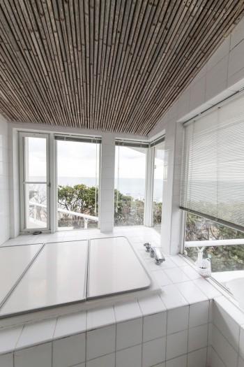 海を見ながら入ることができるバスルーム。天井は「有名建築家の案を真似て」バンブーを使用。