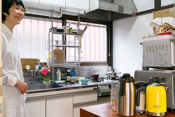小さなスペースながら、窓のあるキッチン。料理好きな彩子さんが使いやすいように工夫している。