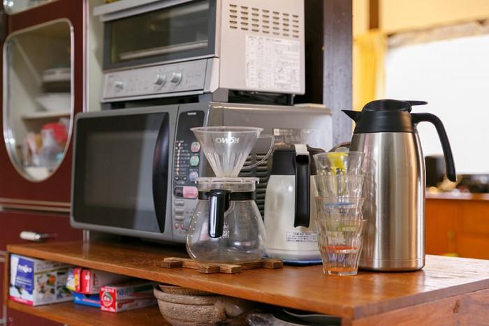 調理器具を置くテーブルは、小学校で使われていたもの。天板下の引き出しのないモノ入れスペースが意外に使いやすいそう。