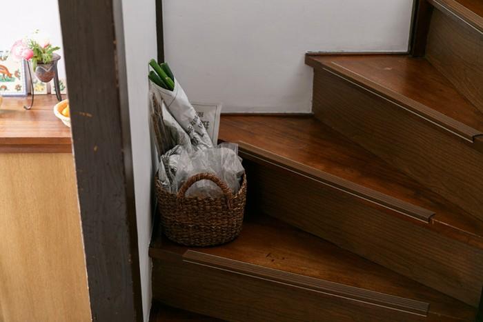 北側に位置する階段は、ネギや根菜などをストックするスペースとして活用している。