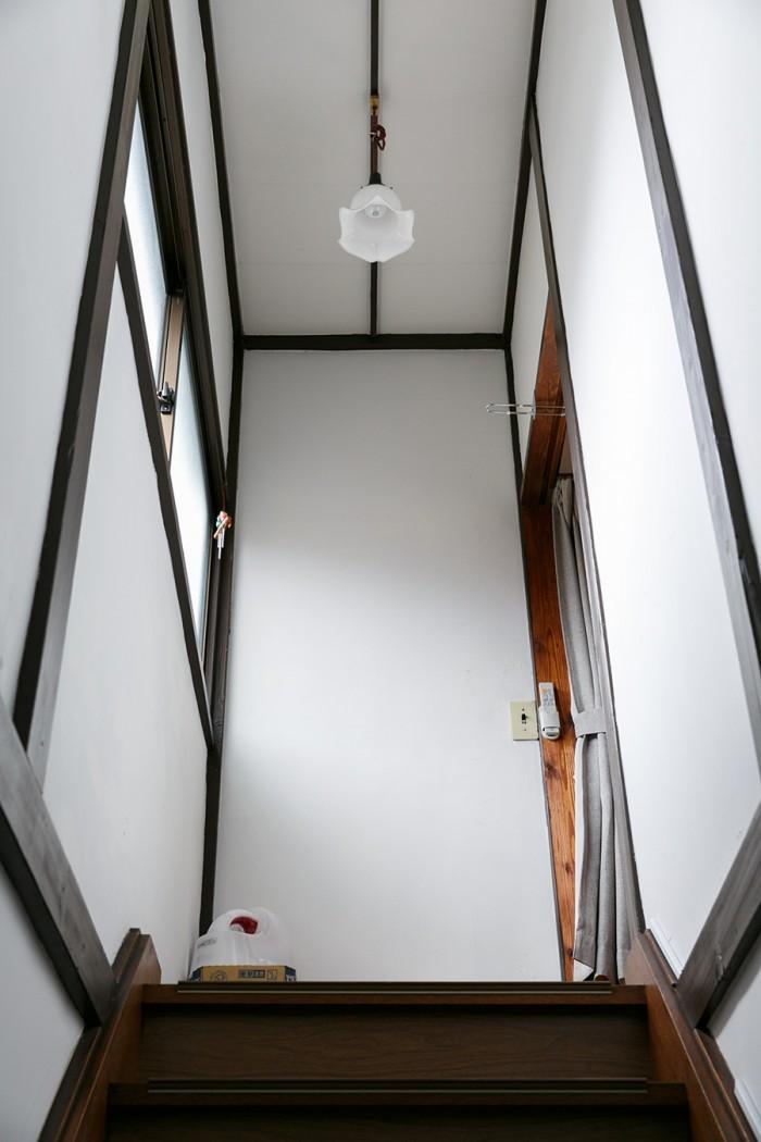 2階へと続く階段。ランプは彩子さんが古道具屋さんで買ったもの。