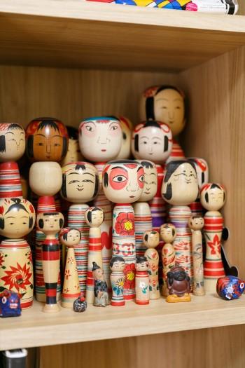 仕事場の本棚にも、鳴子や土湯など産地を訪れて集めたこけしコレクションが。