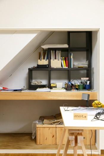 階段下を活かした押し入れ。襖を取り払って収納スペースにしている。
