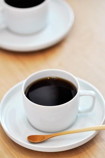 ペルーという豆でいれていただいたコーヒーは格別の味わい。カップとソーサーは作家もので、選択眼にセンスが光る。