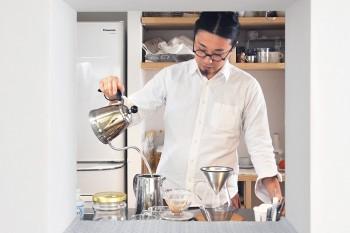 楕円形スペースに開けられた小窓からコーヒーを入れる竹内さんを見る。