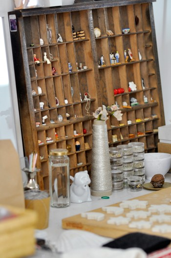 奥さんの作業テーブルの上には、制作中の、フランスの伝統菓子の中に入れる陶器の人形が置かれていた。