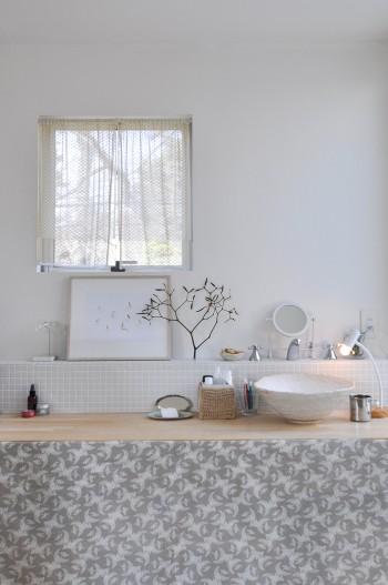 2階の正面(公園)側壁面につくられた洗面スペース。右に置かれているのは洗面ボウル。