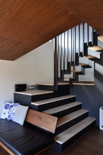 「ちょっとした踊り場があって、そこに腰かけたりとかしたい」との要望から実現した階段。