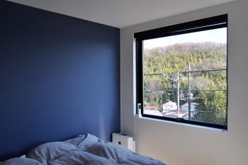 2階の寝室の壁はベランダのブルーに近い色がいいだろうということで濃いめのブルーの壁紙に。