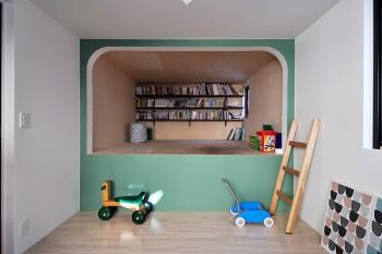 子ども部屋の緑の壁の奥はロフト。現在は家族で本を読むなどして使用している。角のアールのデザインは奥さんの希望。