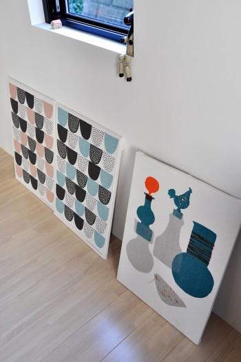 木製パネルに奥さんが張ったファブリックのデザインがシンプル&クールで北欧を感じさせる。