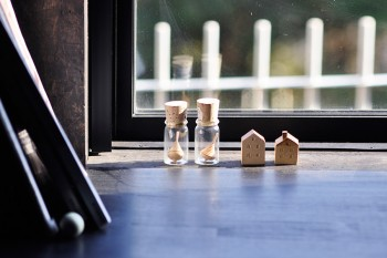 玄関ホールの窓際にも三角屋根の小さな置物。