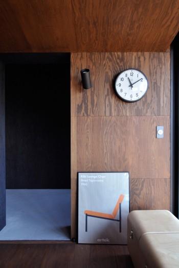 artekのミッドセンチュリーの家具のポスターのテイストがインテリアにしっくりとマッチしている。