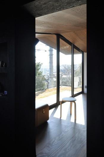玄関ホールからリビングを通して街のある方向を見る。