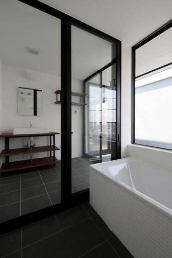 2階水回り。右側にあるテラスは寝室にも面している。寝室からはテラスを通して街の方向へと視線が抜ける。