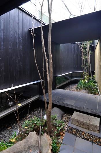 中庭のアプローチ部分。橋のように渡された部分に上がるとその左が玄関。