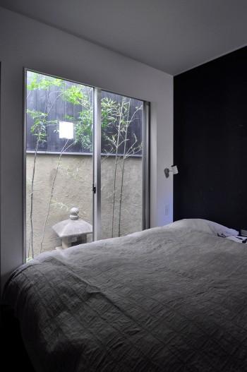 1階一番奥に設けられた寝室から灯籠のある坪庭が見える。
