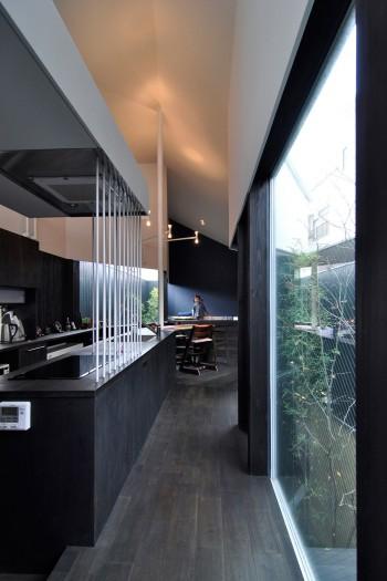 キッチン近くからさらに奥のスペースを見る。