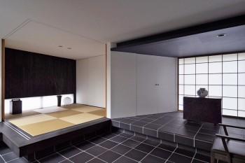 右側の李朝の壺と家具の重量感に負けないよう、敷き瓦が障子の前まで使われている。