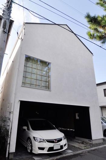 車庫スペースの奥右側に中庭へ入る引き戸がある。