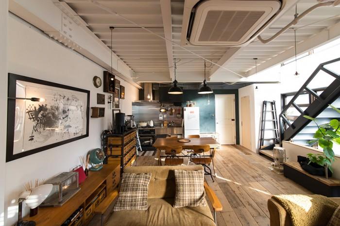 古いビルをリノベーションした室内は、鉄や木が持つ素材感を大切にしたインテリア。