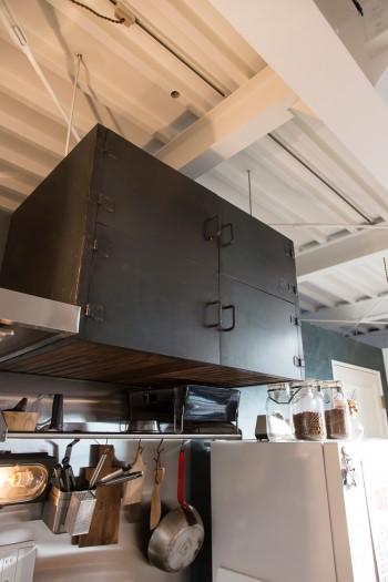 存在感のあるキッチンの鉄製の吊り戸棚も『無相創』が制作したもの。木部が飴色に変化する。