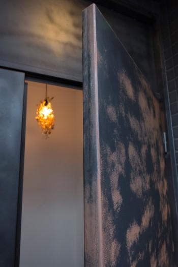 「玄関ドアは錆が現在進行中ですが、その変化も楽しんでいます。年数が経つほどいい味になると思います」