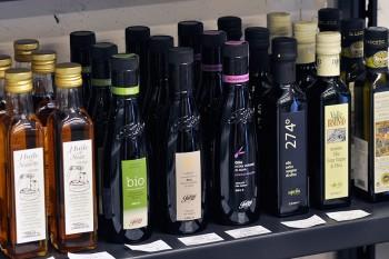 「アンティカ アチェタイア サンジョコモ」などのオリーブオイル、「グエルグルゾー二」のビネガーも豊富。試飲も可能。