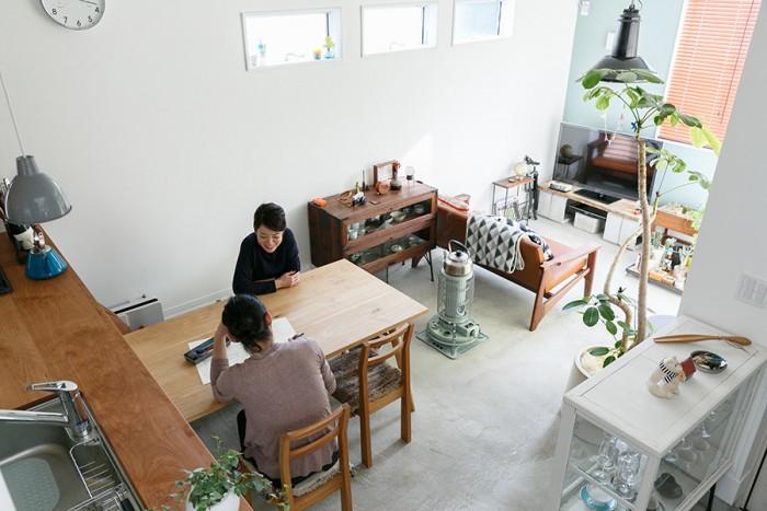 階段上から土間を見る。屋外と屋内が融合した独特の空間。